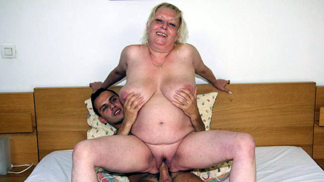 Lush Older Super-bitch Engulfs Penis